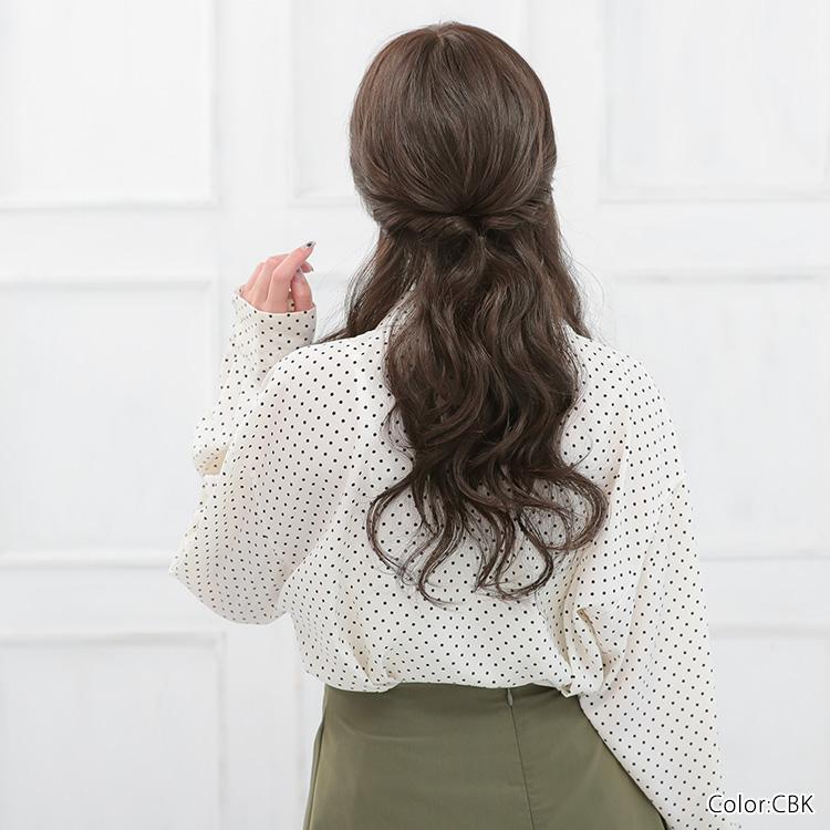 周りから愛される髪型だったら、自信を持って話しかけることができそう!男女ともに好かれるロングカーリーヘアです。