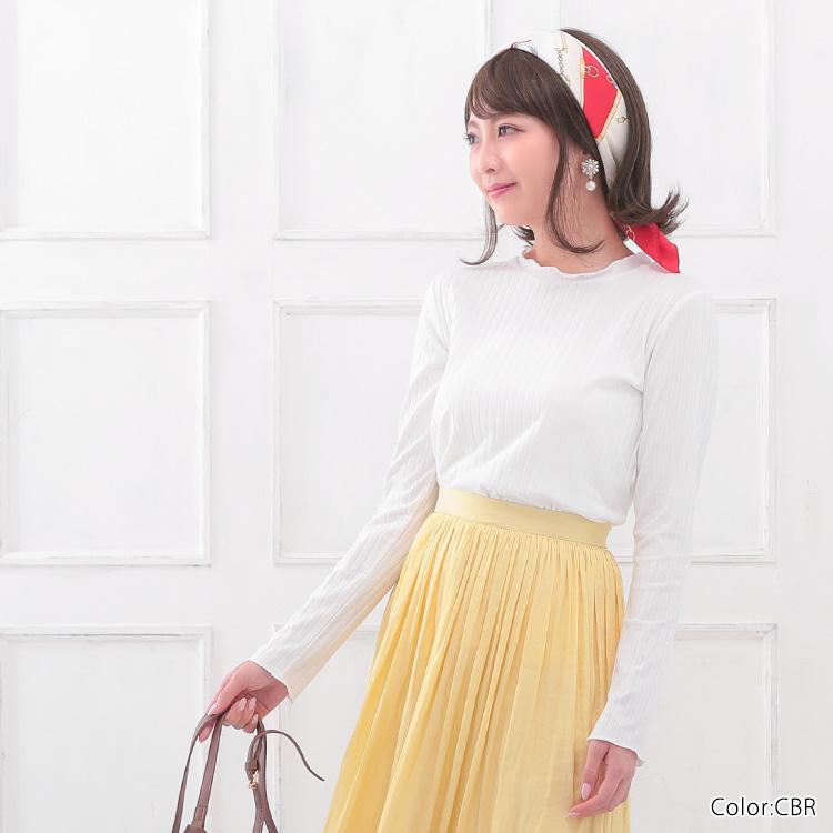 ショッピングやランチ、野外でのお出かけには、スカーフをヘアバンドのように結んだアレンジヘアもオススメです。