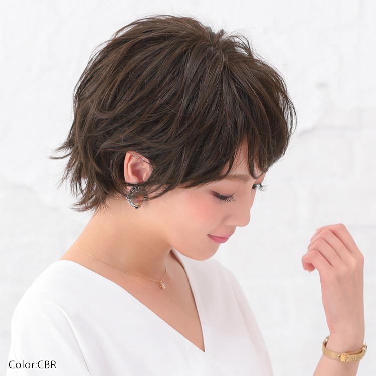 サイドもたっぷりレイヤーがあるので顔周りの髪は残し、サイドを耳にかけることで小顔効果+女度UPした医療用ウィッグです