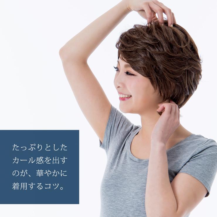 ウィッグを着けた状態で、髪をつまんで束感を出してカールを整えます。たっぷりゴージャスなカール感を出せるのがこちらのウィッグの特徴です。