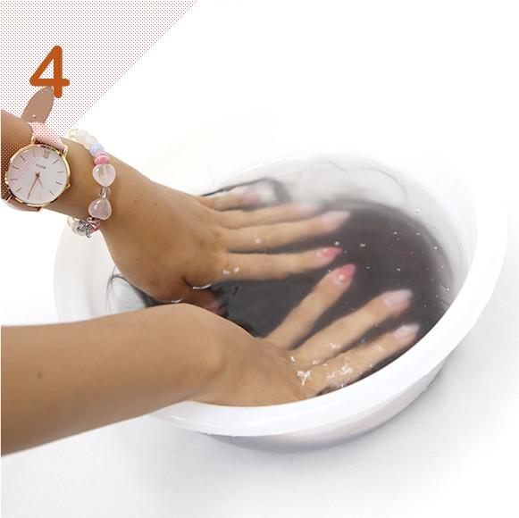 同様にコンディショナーも適量入れ、優しく押し洗いする。