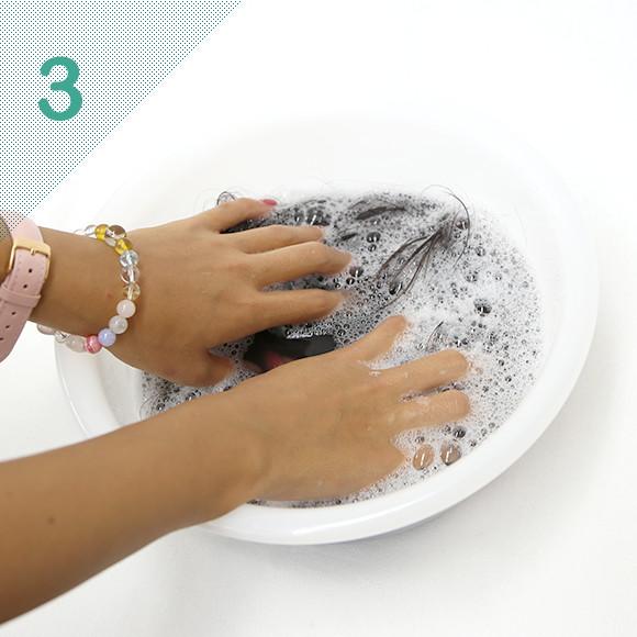 優しく押し洗いしてすすぐ。小量でもとても泡立ちます。