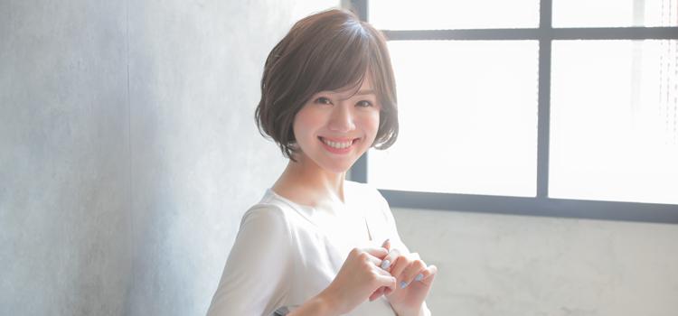 総手植えのウィッグを被った笑顔の女性の画像