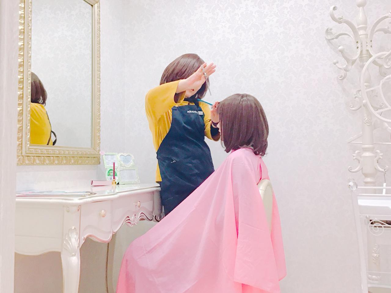 医療用ウィッグ専門店のアクアドール名古屋店ではサイズ調整や前髪カットなどその場でウィッグをお客様ピッタリに整えます。