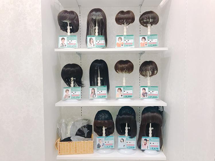 ヘアピース、髪付き帽子展示スペース